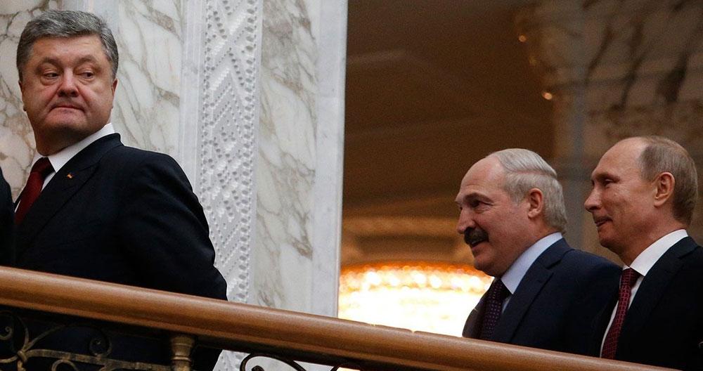 El presidente ucraniano Poroshenko mira hacia Lukashenko y Putin, en la cumbre de Minsk. Foto: REUTERS