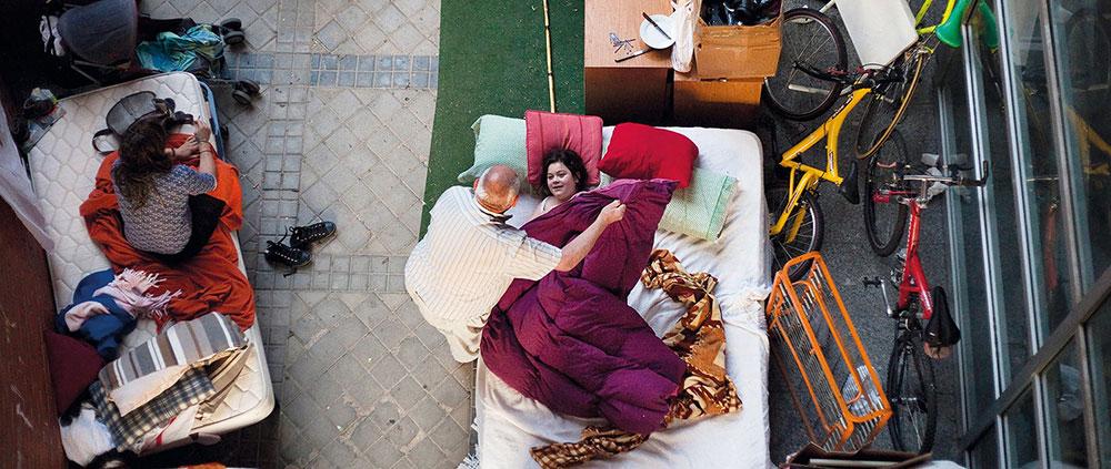 El fotógrafo argentino Andres Kudacki documentó uno de los días en los que la familia desahuciada durmió al raso en un patio cercano a su hogar en septiembre de 2013.