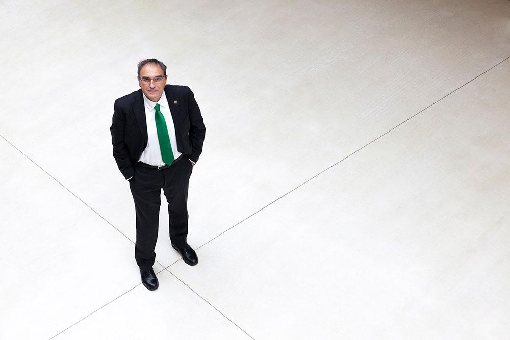 Enrique García Pascual es decano de la Facultad de Educación, afectada por los recortes de financiación pública.