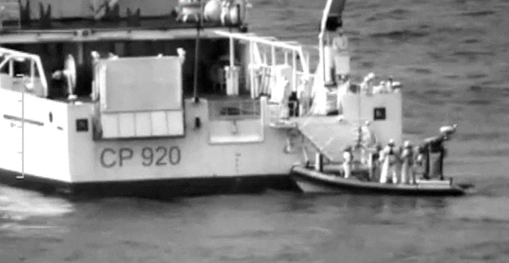 Buque de la Guardia Costera italiana, en el lugar del naufragio.