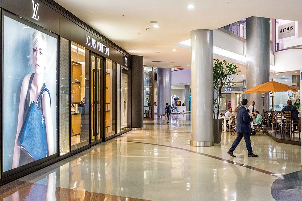 Interior del centro comercial Blue Mall