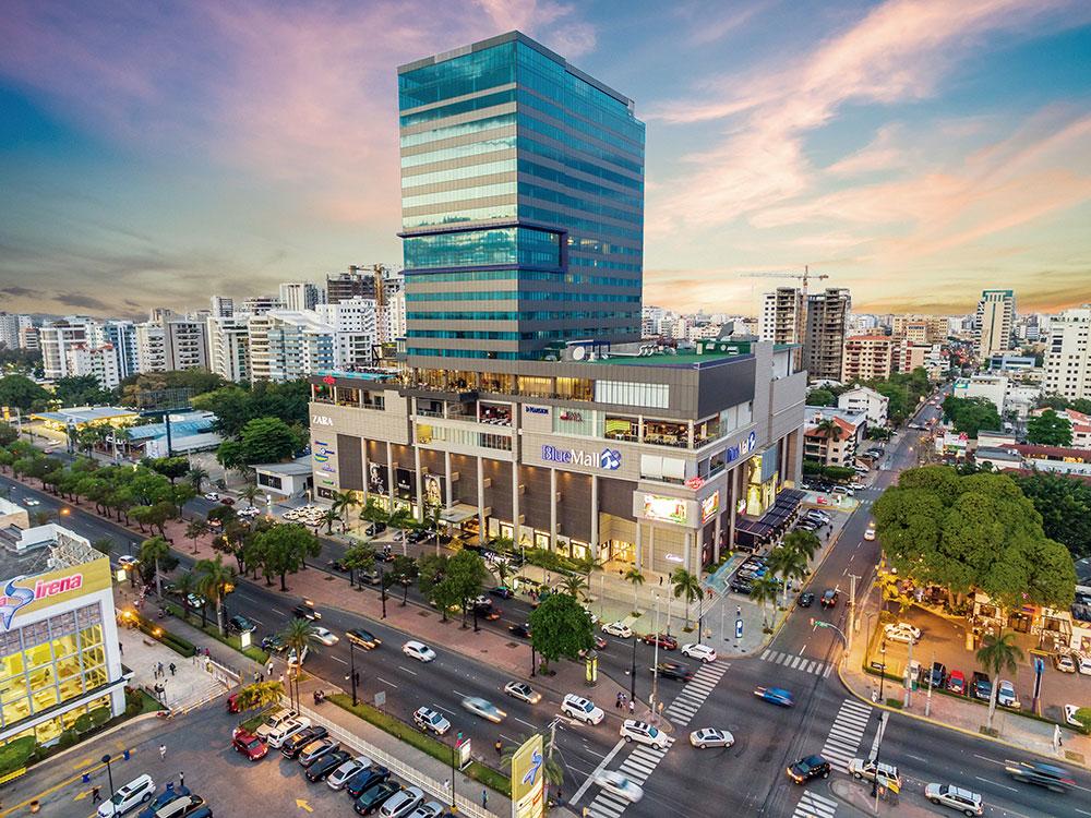 Vista panorámica de la ciudad de Santo Domingo. En primer plano, el centro comercial Blue Mall.