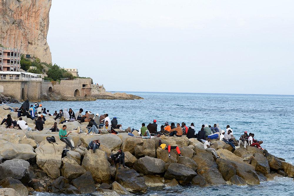 Inmigrantes en el paso fronterizo de paso fronterizo de Ventimiglia.