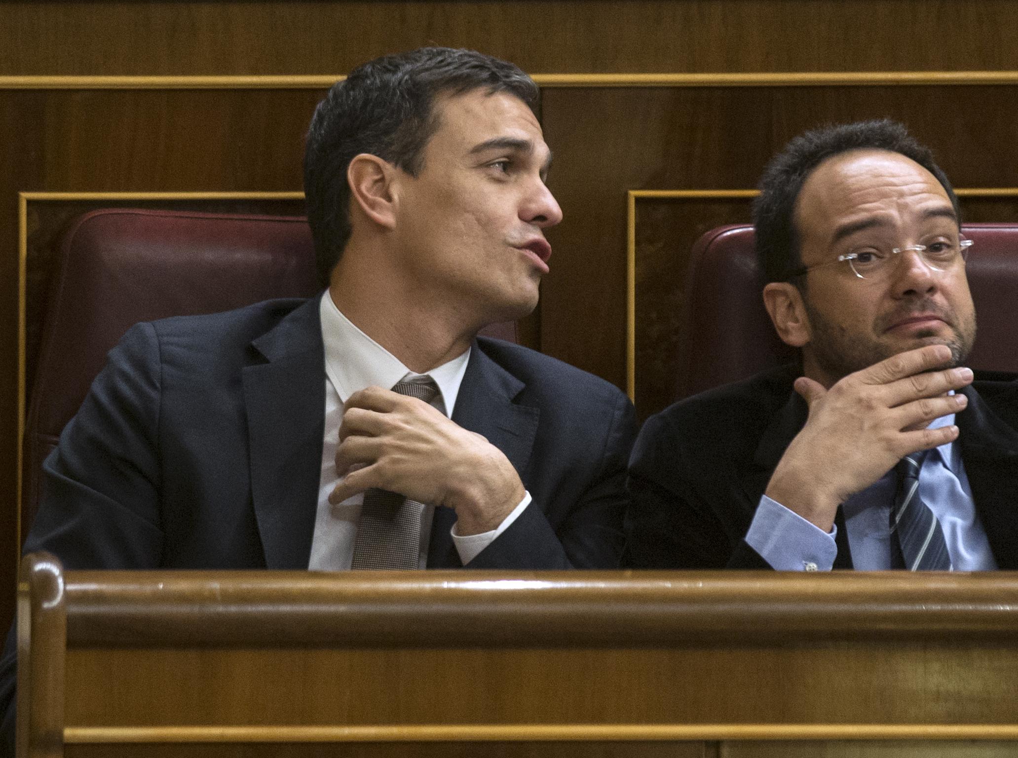 Pedro Sánchez y Antonio Hernando. | Reuters