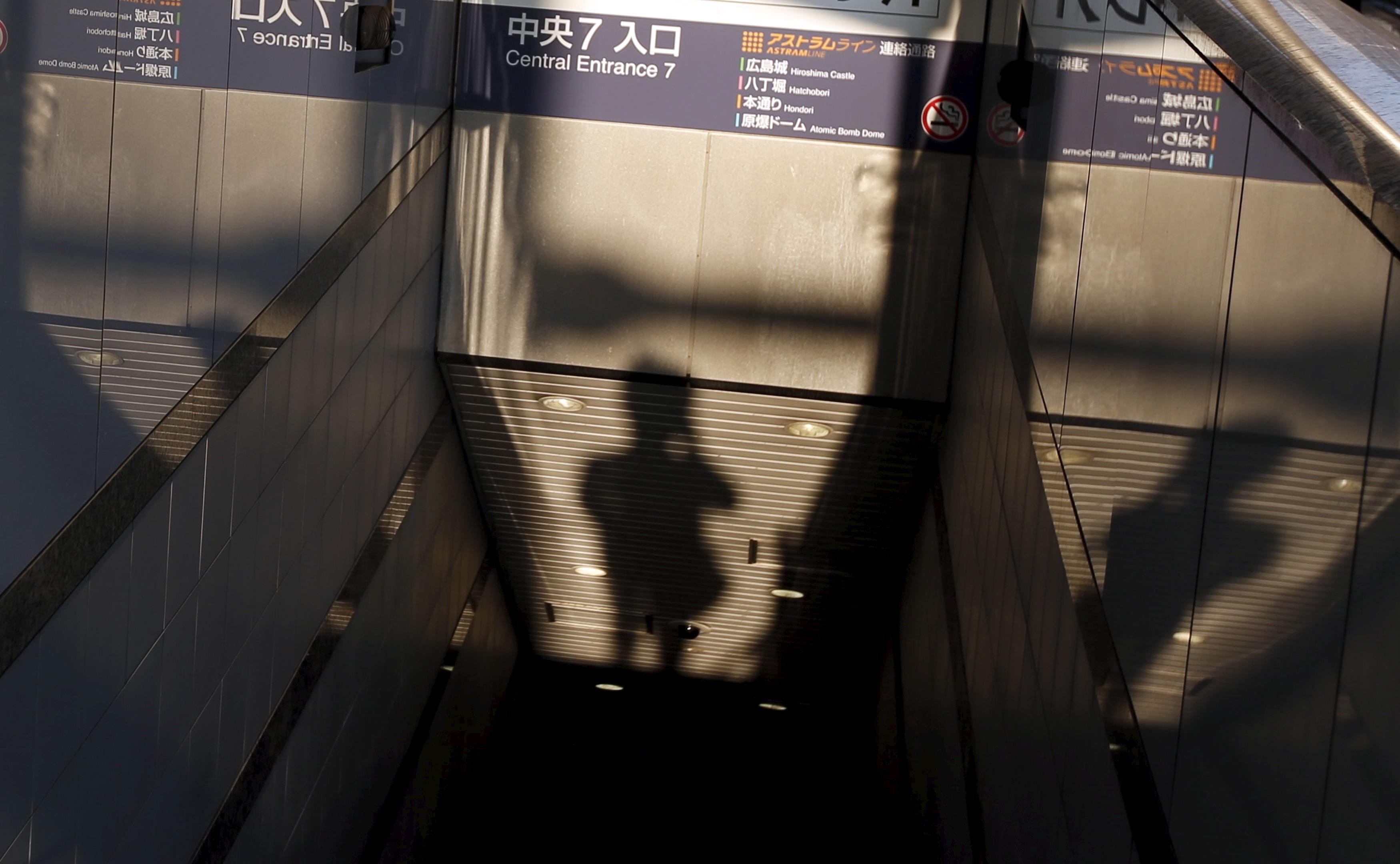 Un fotógrafo a la entrada de un centro comercial subterráneo en Hiroshima. REUTERS