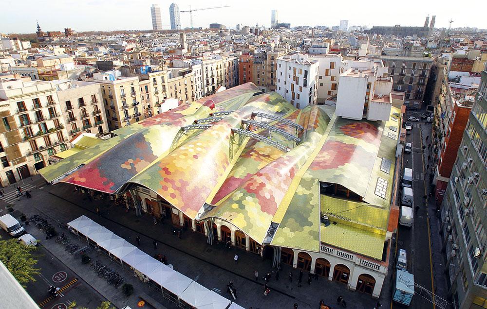 Santa Caterina (Barcelona). En un edificio de colorido tejado del barrio gótico, se ubica el mercado de Santa Caterina, un espacio al que peregrinan vecinos y turistas. Alberga puestos de legumbres, carnes, pescados, frutas y embutidos, así como el restaurante Cuines de Santa Caterina.