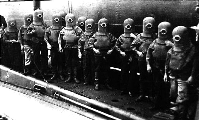 'LOS MINIONS' NAZIS. Este bulo aseguraba que los dibujos se habían inspirado en esta foto de niños judíos con los que experimentaban los nazis. En realidad la imagen muestra a buzos británicos.