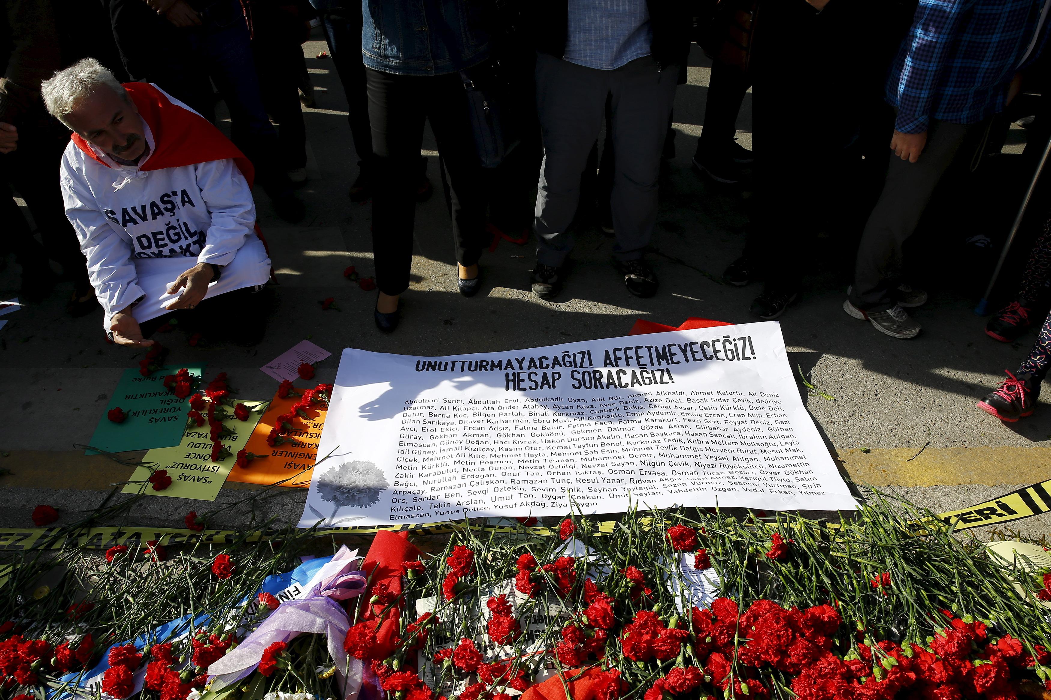 Flores en el lugar donde tuvo lugar el atentado el pasado 10 de octubre.