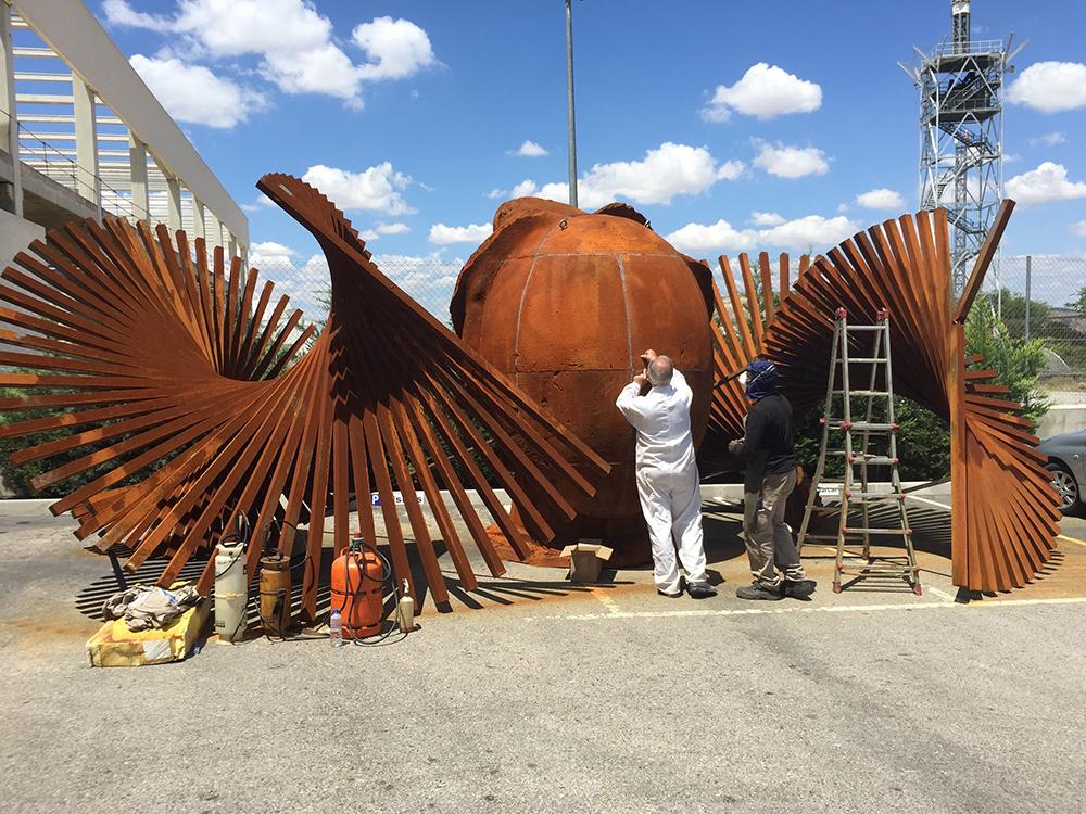 Manolo Valdés trabajando en una escultura en París