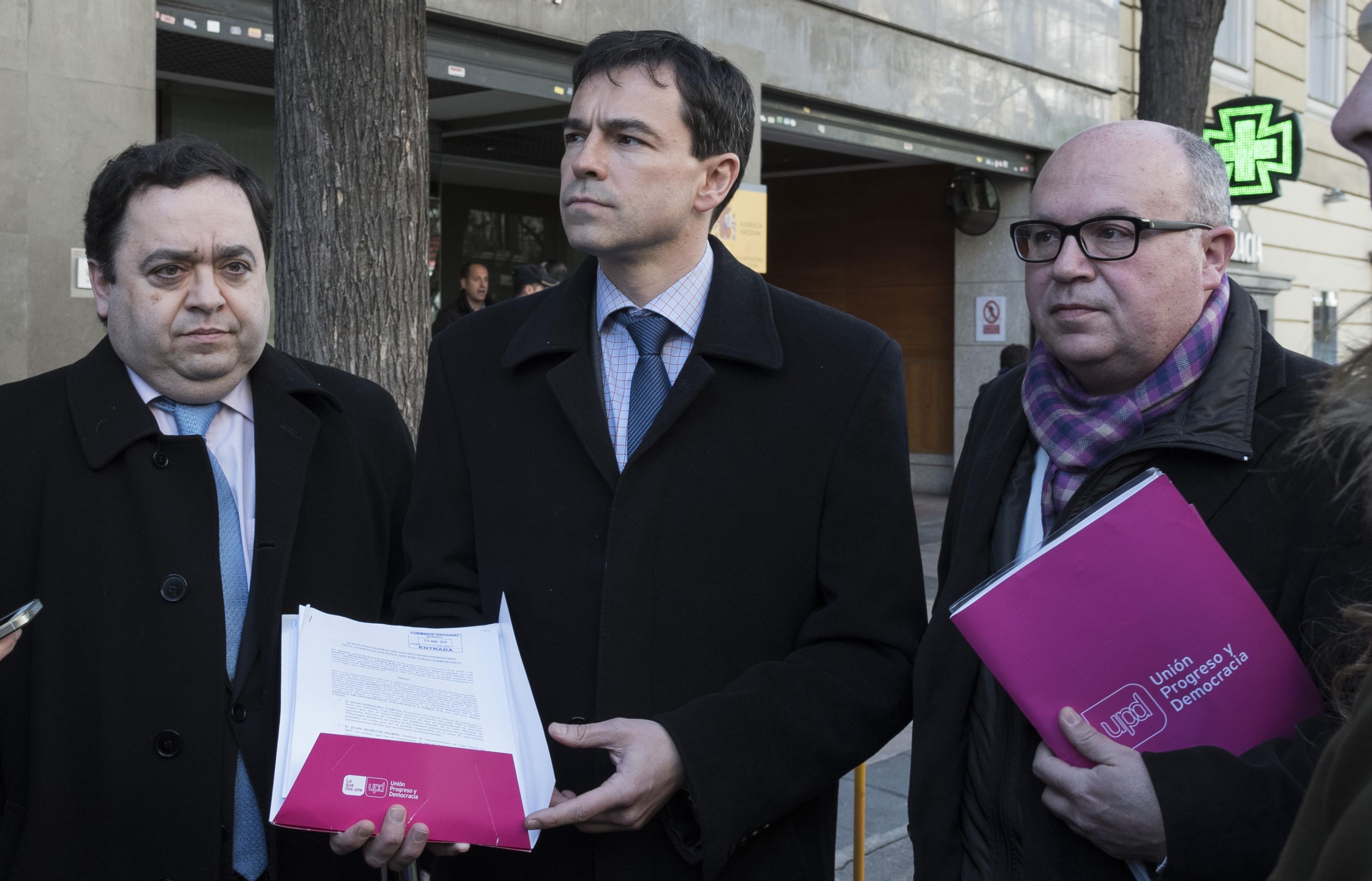 Andrés Herzog, líder de UPyD, en el centro, en la presentación de una de las querellas del partido.