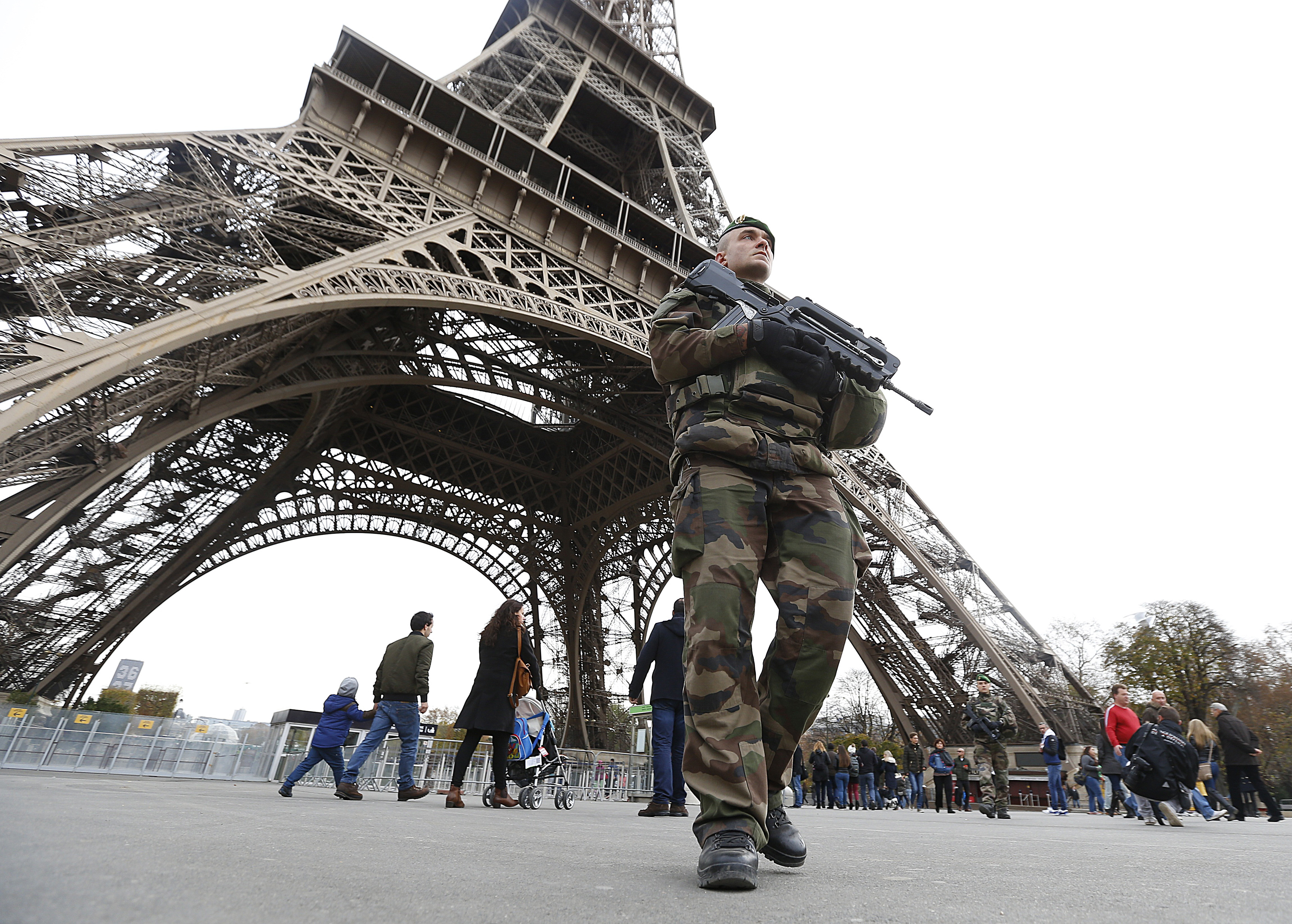 French military patrol near the Eiffel Tower the day after a series of deadly attacks in Paris , November 14, 2015.      REUTERS/Yves Herman - RTS6ZSC
