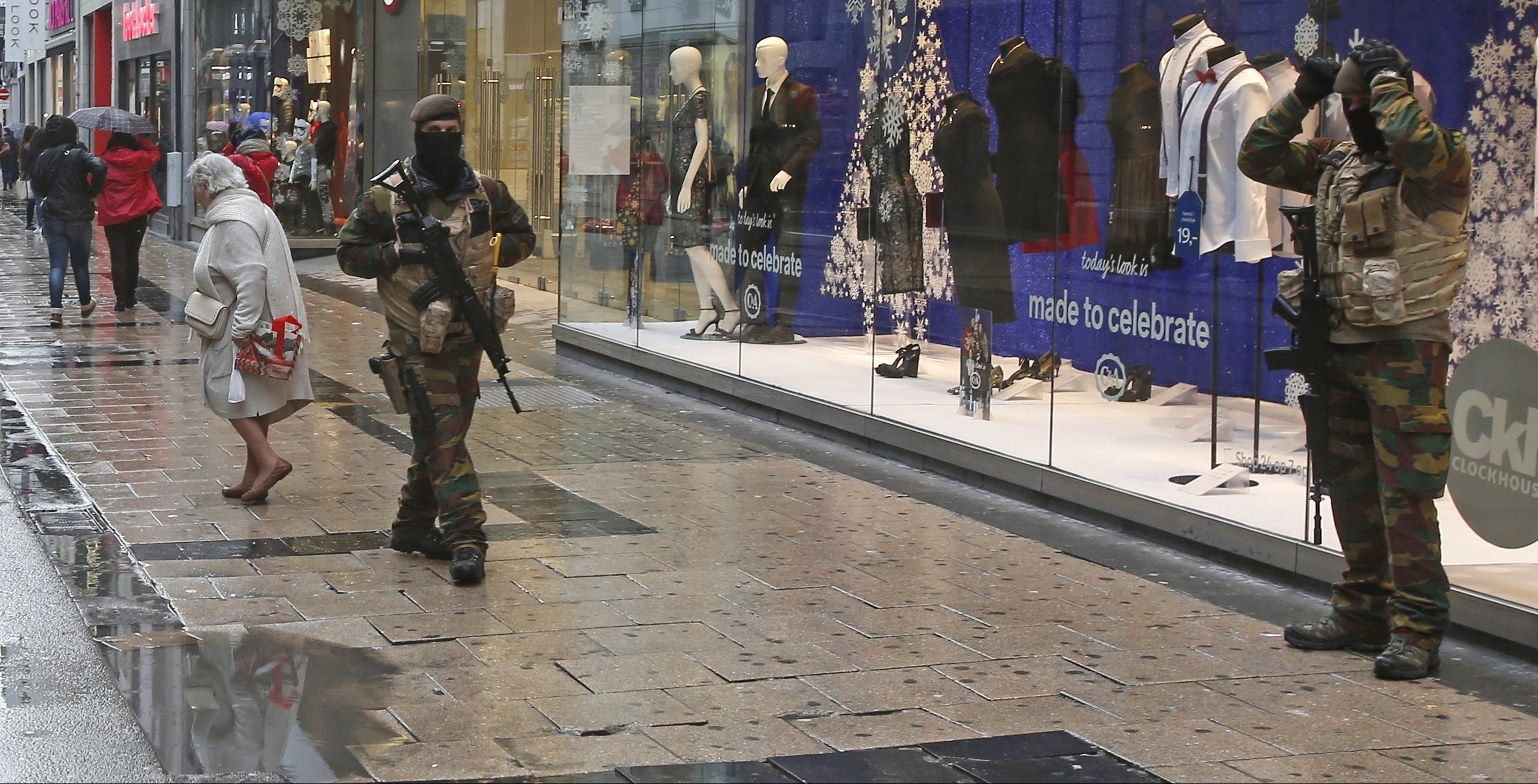 "Belgian soldiers patrol a shopping street in central Brussels, November 21, 2015, after security was tightened in Belgium following the fatal attacks in Paris. Belgium raised the alert status for its capital Brussels to the highest level on Saturday, shutting the metro and warning the public to avoid crowds because of a ""serious and imminent"" threat of an attack.  REUTERS/Youssef Boudlal   - RTX1V5BF"