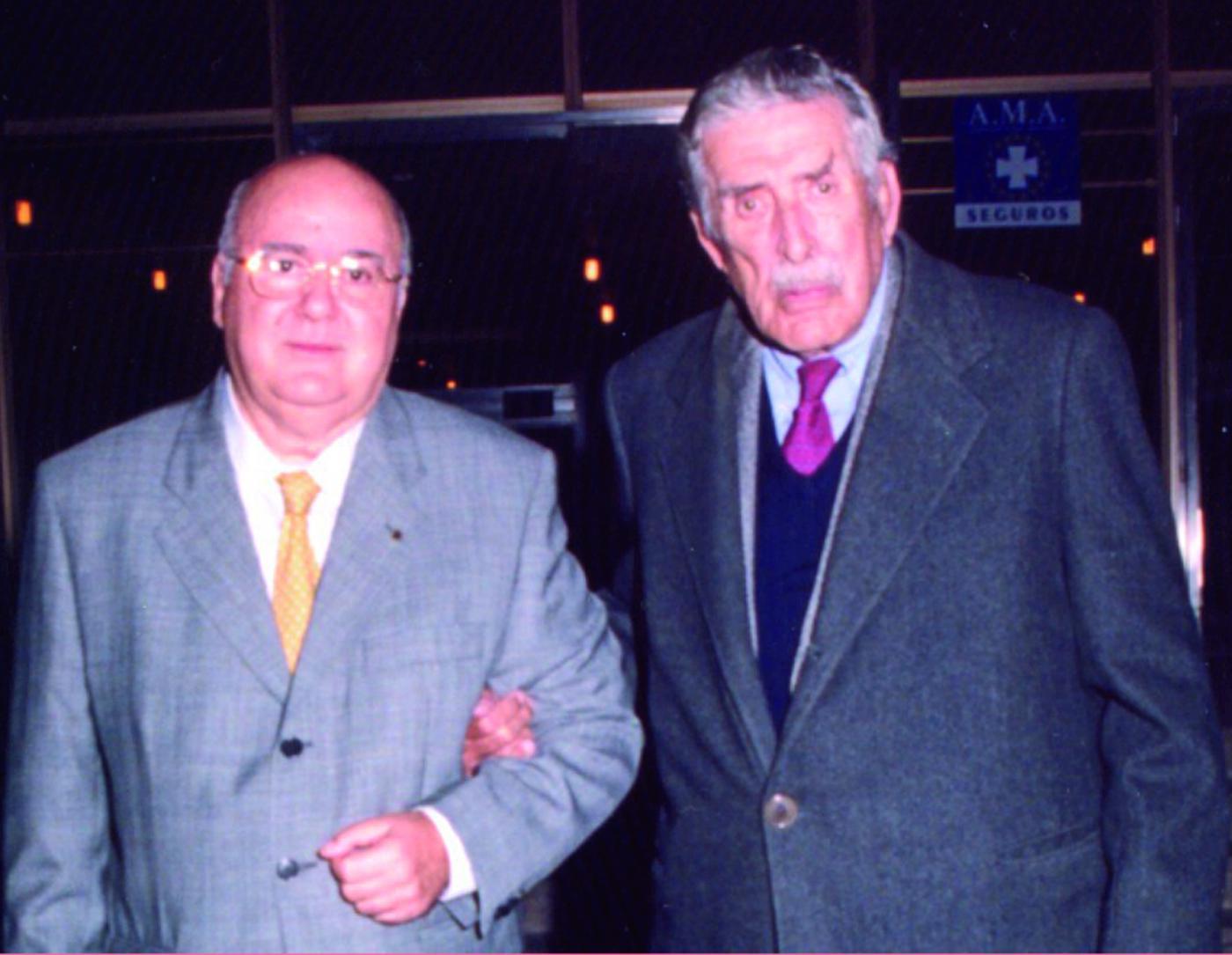 El fundador de Abengoa, Javier Benjumea Puigcerver (1915-2001), junto al periodista Nicolás Salas.