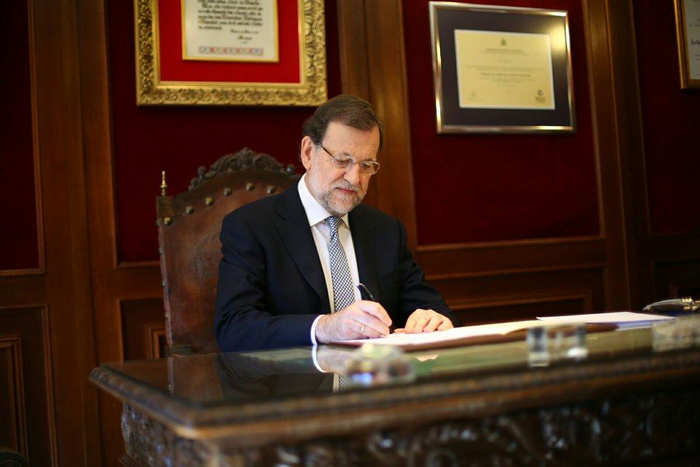 Mariano Rajoy firmando la solicitud de dictamen al Consejo de Estado.