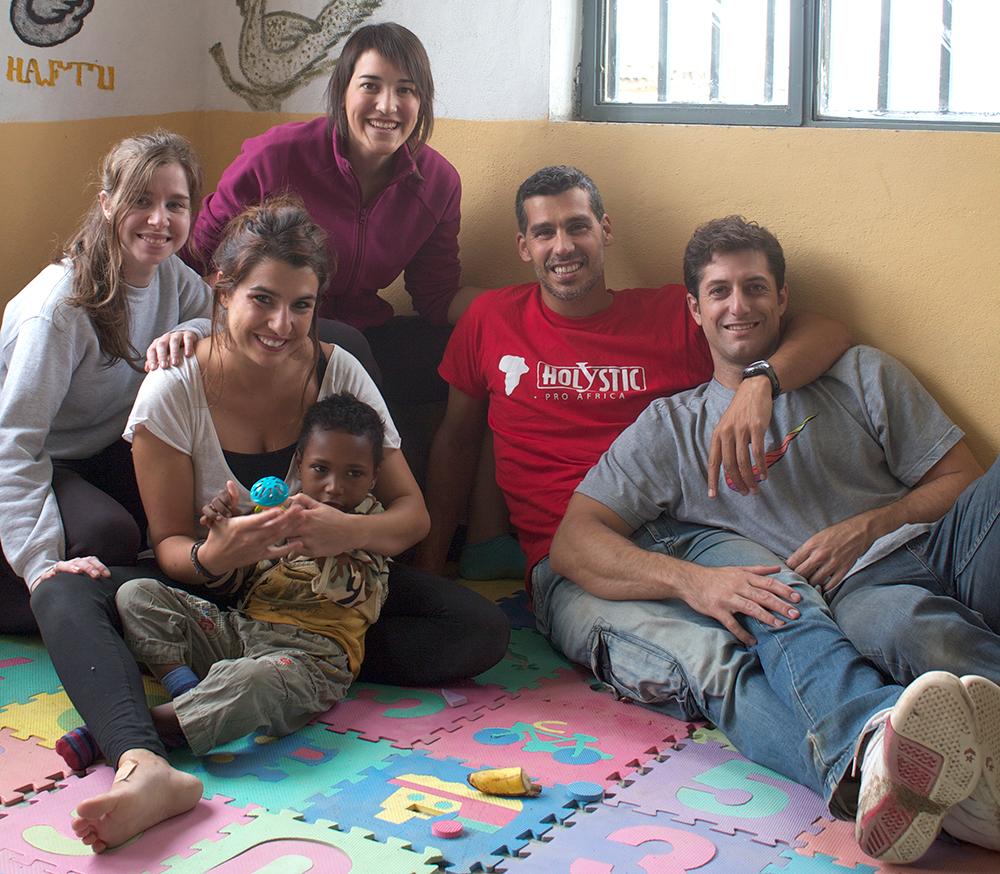 Pablo Llanes, en la imagen, con la camiseta de Holystic pro África, junto a varios voluntarios.
