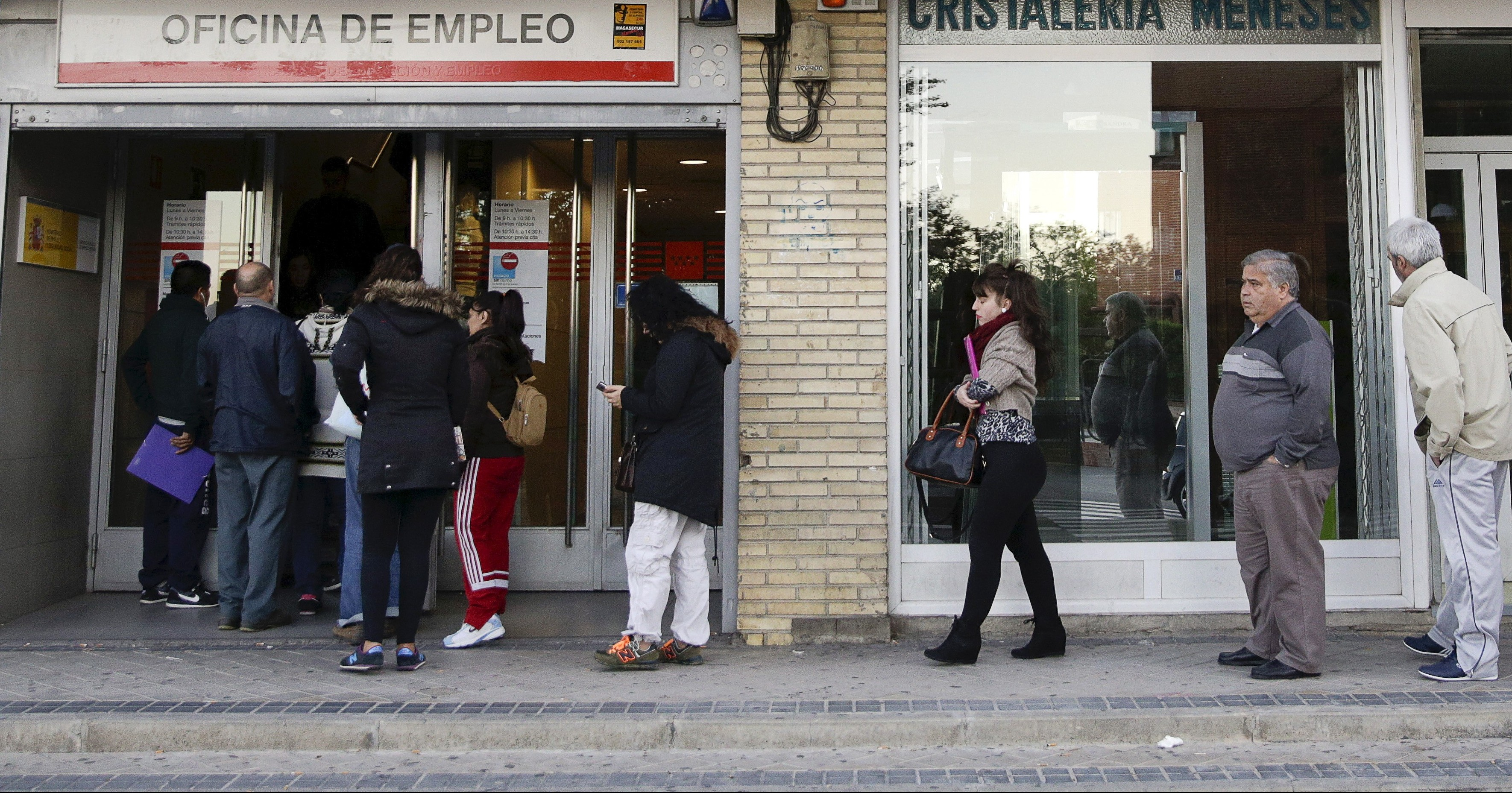 People queue outside a government-run job centre in Madrid, Spain, October 22, 2015. Spain's unemployment rate fell to its lowest level in over four years in the third quarter at 21.2 percent although the pace of job creation slowed slightly just weeks ahead of a closely fought general election. Frustration over an enduring jobs crisis will weigh on the Dec. 20 vote, with many Spaniards divided over whether their prospects are improving after a double-dip recession that sent unemployment soaring to nearly 27 percent in 2013.  REUTERS/Andrea Comas - RTS5LKX