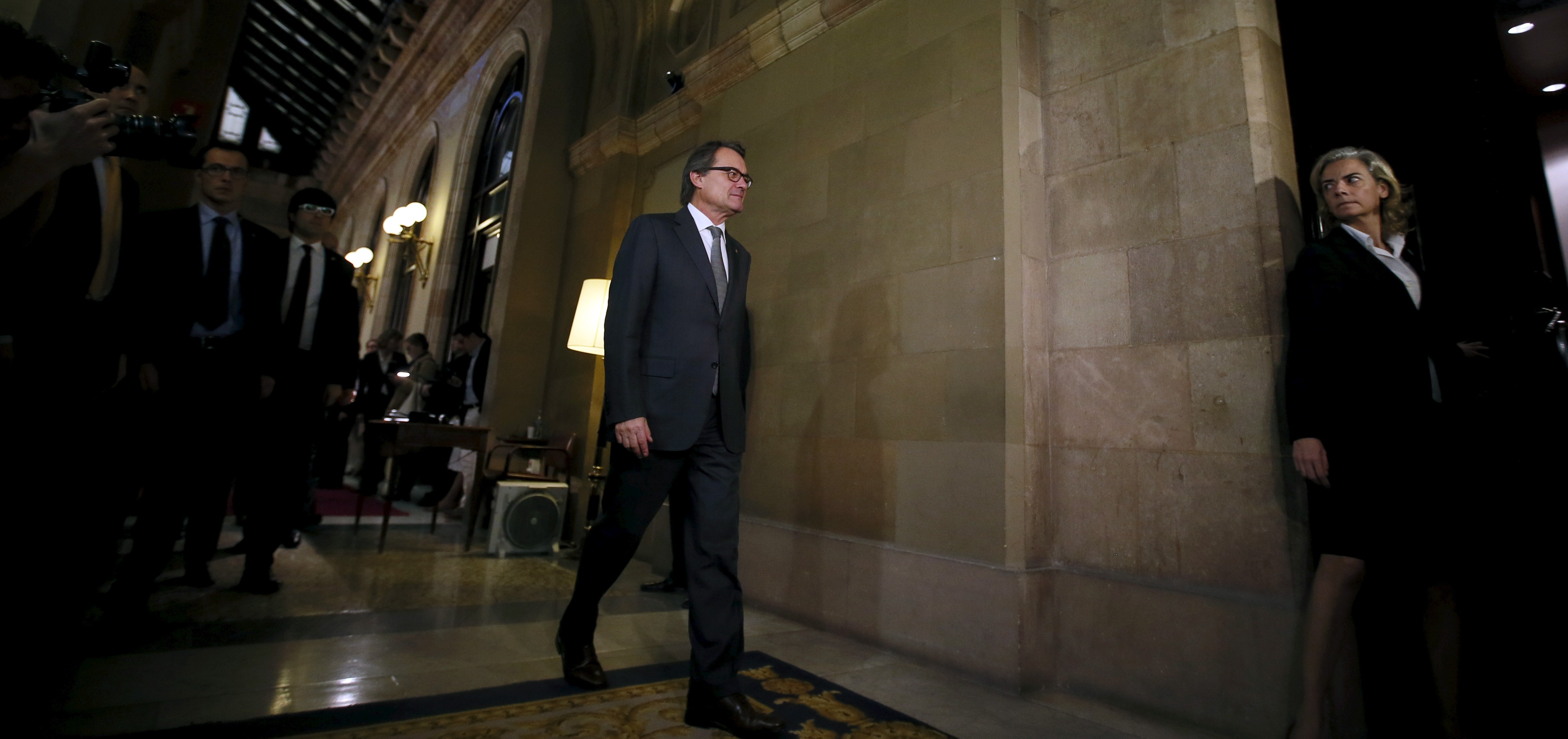 Catalan acting President Artur Mas walks inside parliament after an election session for the new president in Catalonia's regional parliament in Barcelona, Spain, November 12, 2015. Spain's Constitutional Court blocked Catalonia's attempted secession process on Wednesday by agreeing to hear a Spanish government appeal against it, deepening a stand-off over the potential breakaway. Catalonia's regional parliament passed a resolution this week setting out a plan to establish a republic within 18 months in the highly industrialised and populous northeastern region which accounts for about a fifth of Spain's economic output. REUTERS/Albert Gea  - RTS6N0F