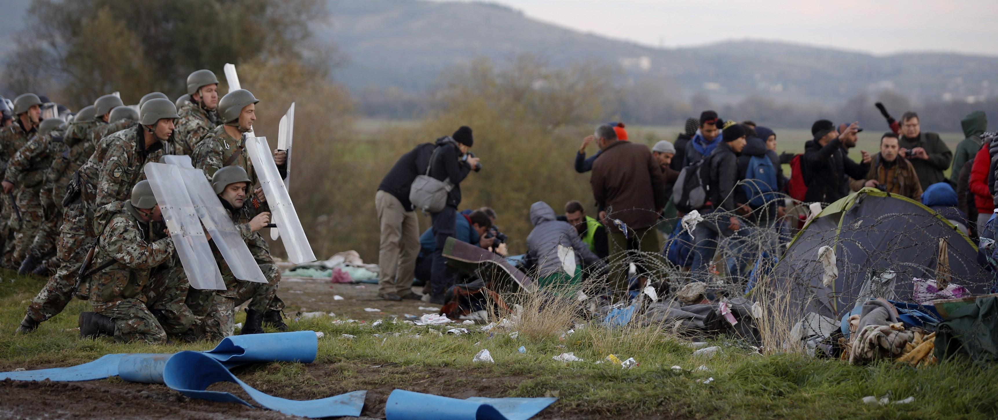 La policía impide el paso a los refugiados en la frontera de Macedonia.