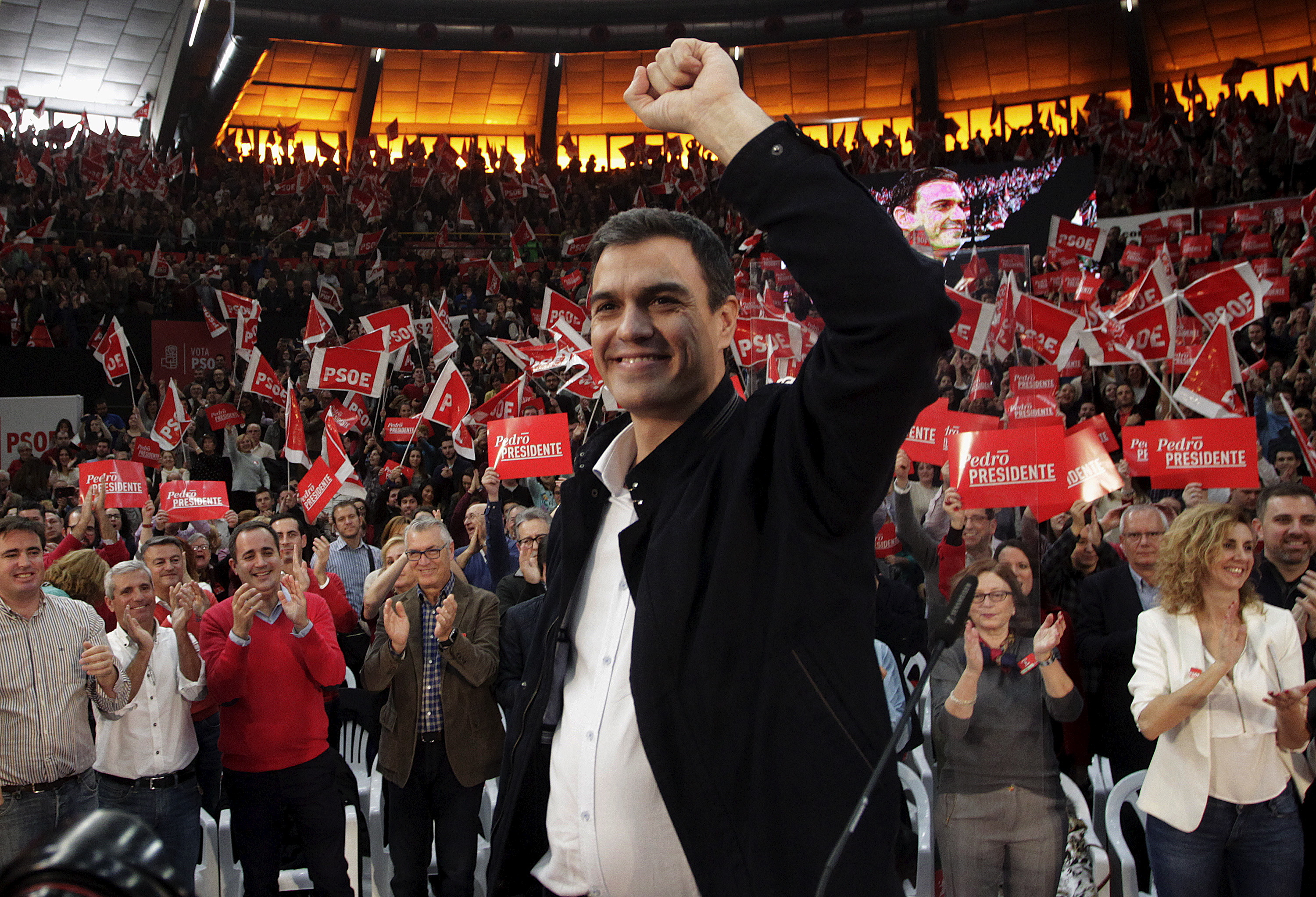 Spain's Socialist Party (PSOE) leader Pedro Sanchez, one of the four leading candidates for Spain's national election, greets supporters during an election campaign rally in Valencia, Spain, December 13, 2015. REUTERS/Heino Kalis - RTX1YGTH