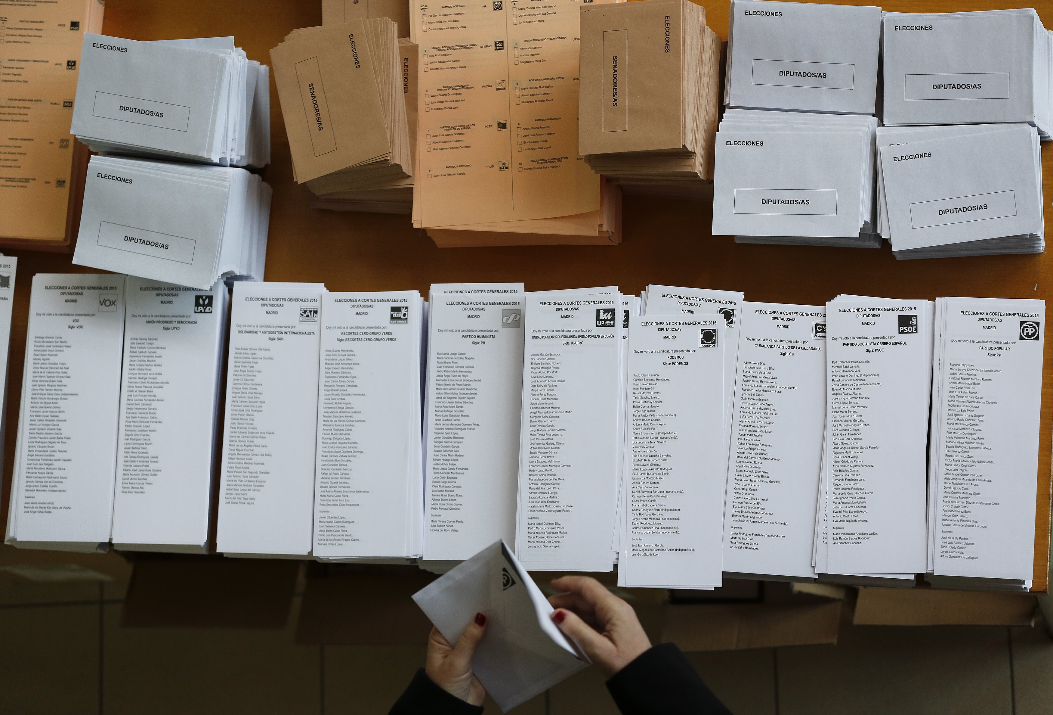 A voter prepares a ballot before voting in Spain's general election in Madrid, Spain, December 20, 2015.  REUTERS/Marcelo Del Pozo  - RTX1ZFRO