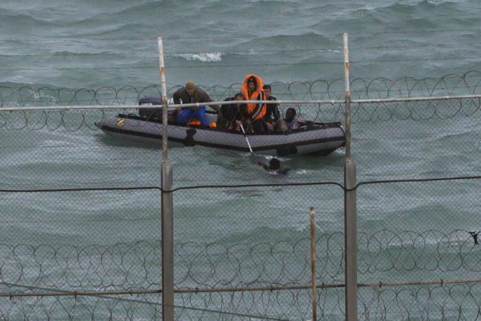 Inmigrantes frente a la valla de Ceuta. Foto de archivo de Reuters