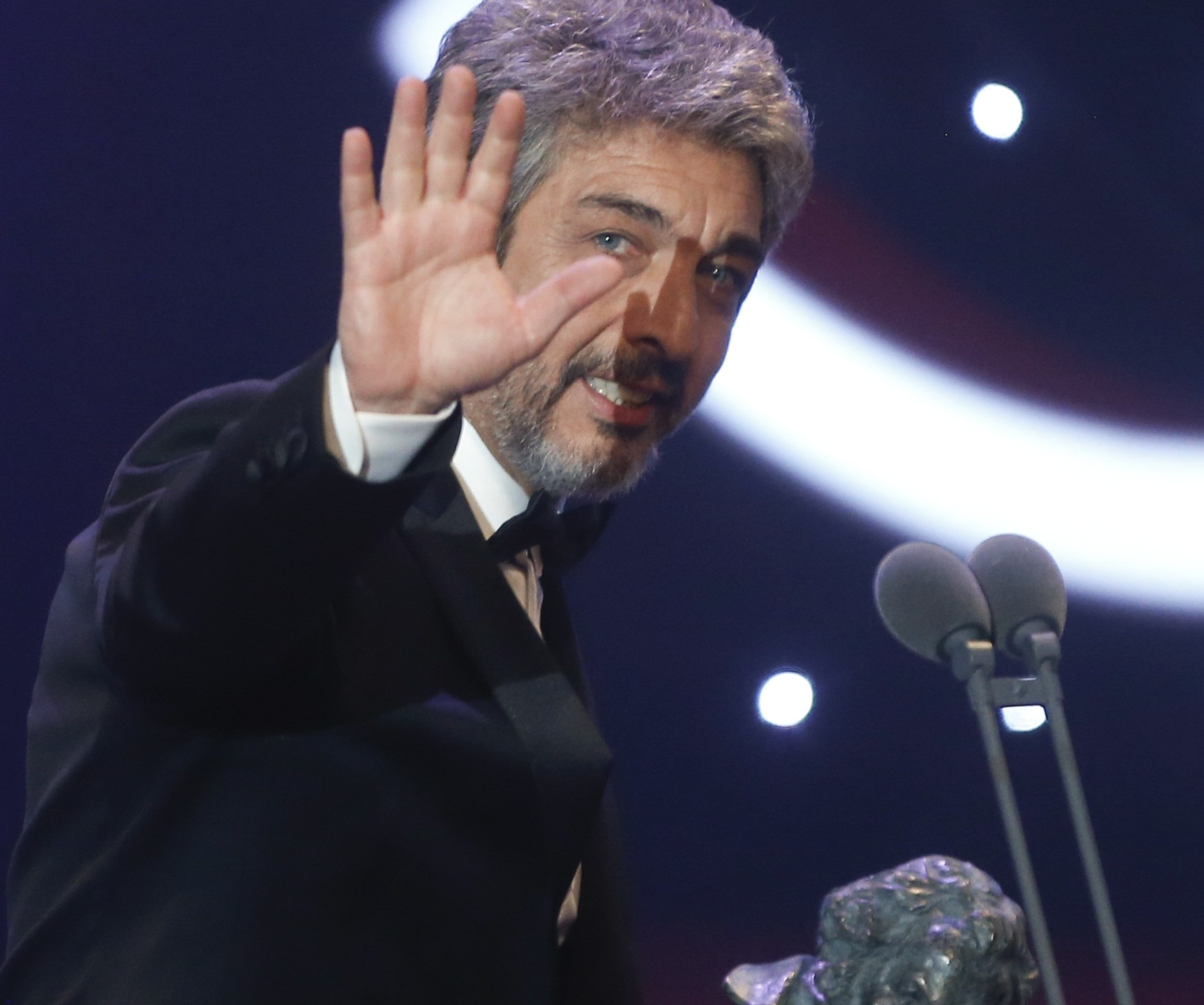 Actor Ricardo Darin reacts as he holds his Best Leading Actor trophy during the Spanish Film Academy's Goya Awards ceremony in Madrid, Spain, February 7, 2016. REUTERS/Susana Vera - RTX25SDI