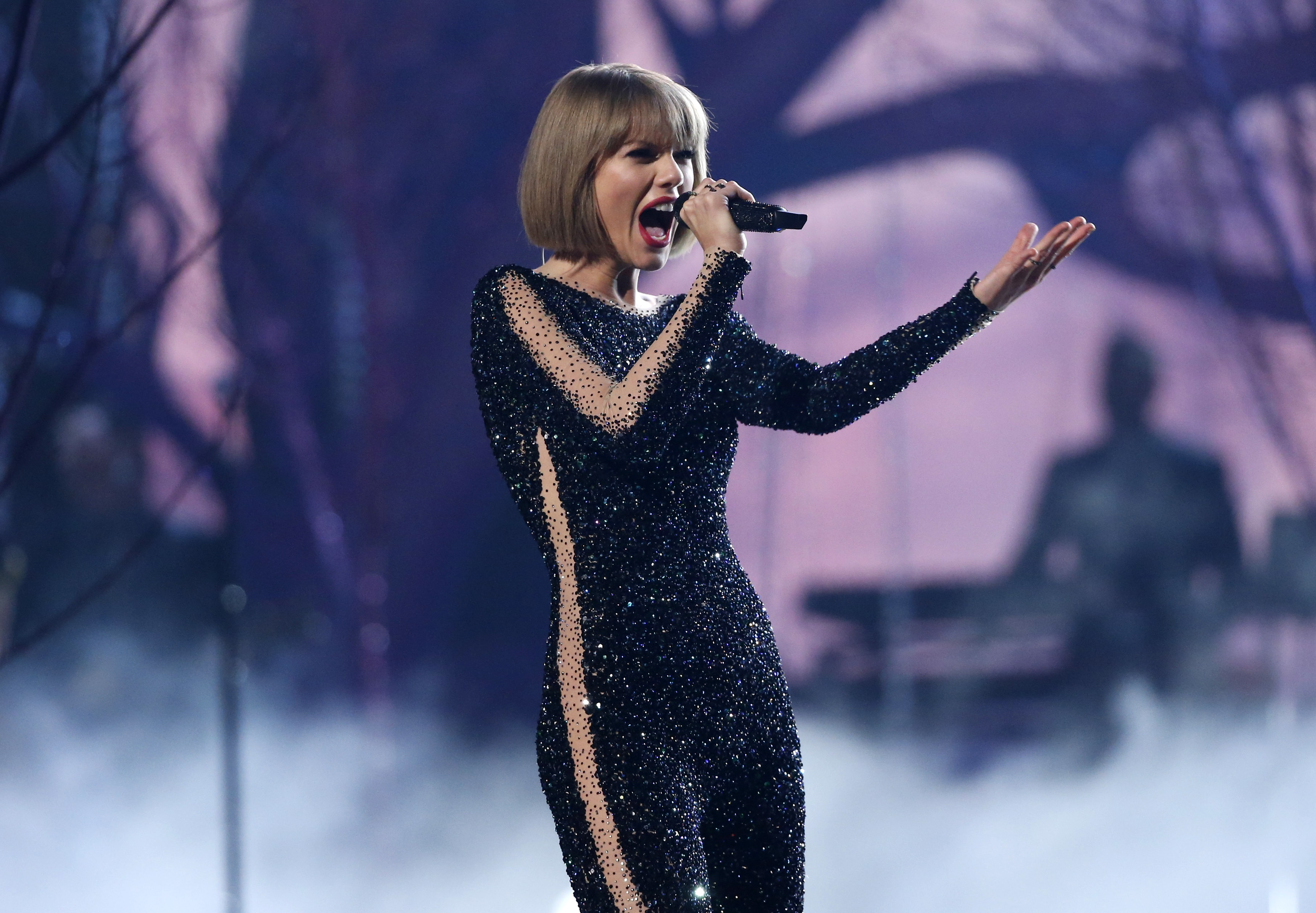 Taylor Swift interpreta 'Out of the Woods'.