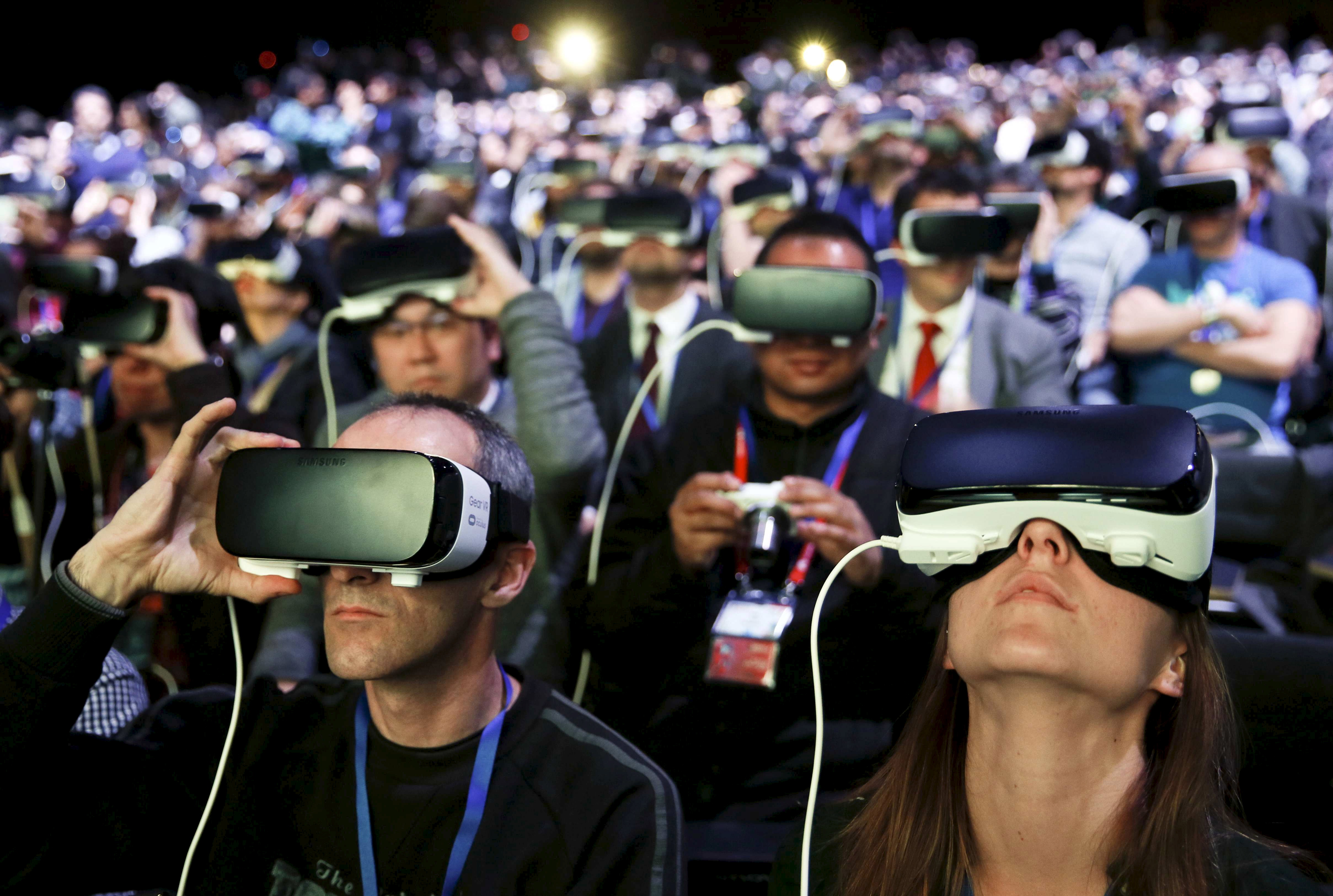 People wear Samsung Gear VR devices as they attend the launching ceremony of the new Samsung S7 and S7 edge smartphones during the Mobile World Congress in Barcelona, Spain, February 21, 2016. REUTERS/Albert Gea      TPX IMAGES OF THE DAY      - RTX27XXM