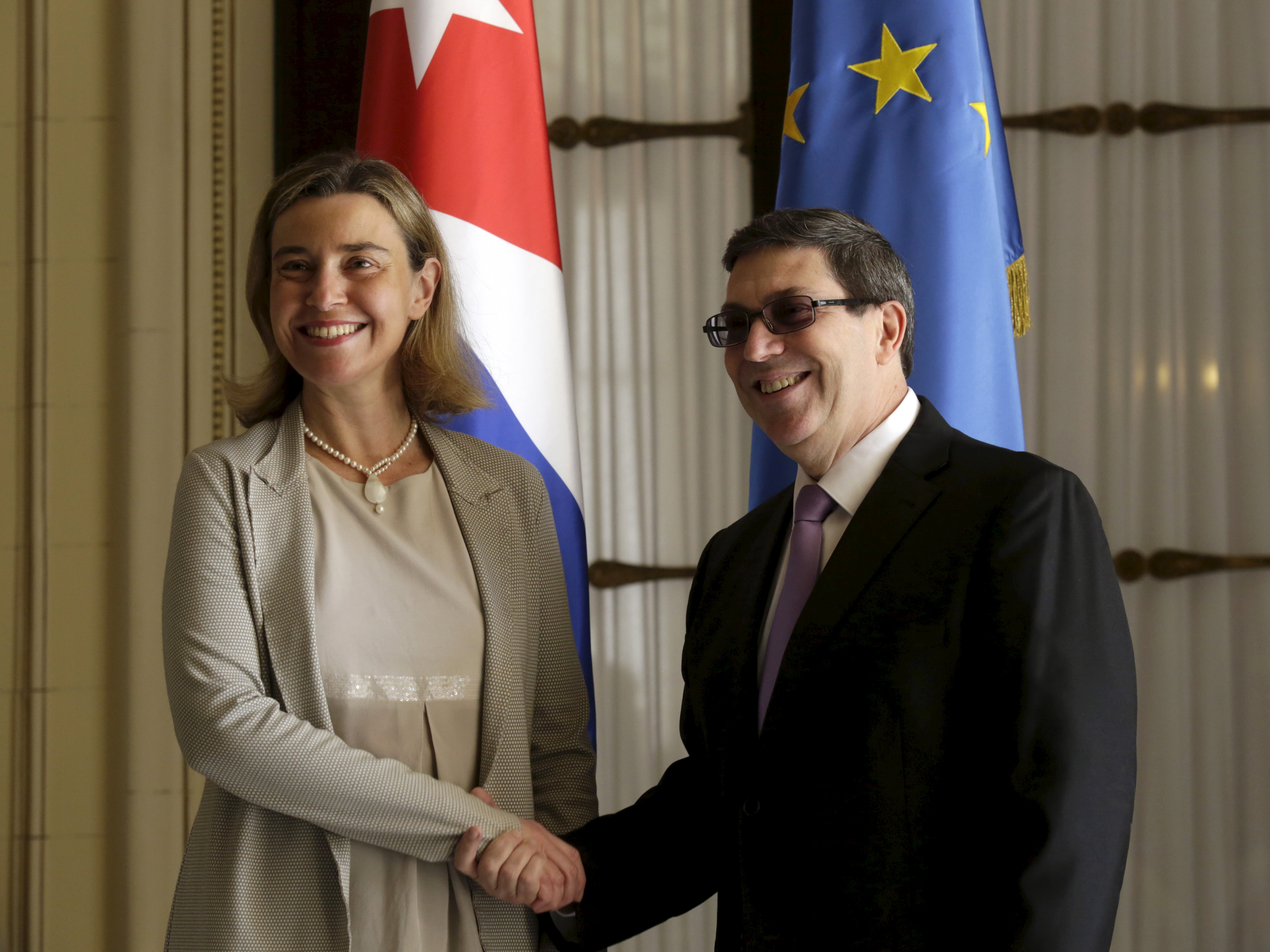 EU foreign policy chief Federica Mogherini (L) shakes hands with Cuba's Foreign Minister Bruno Rodriguez Parrilla during their meeting in Havana March 11, 2016. REUTERS/Enrique de la Osa - RTSADJ9