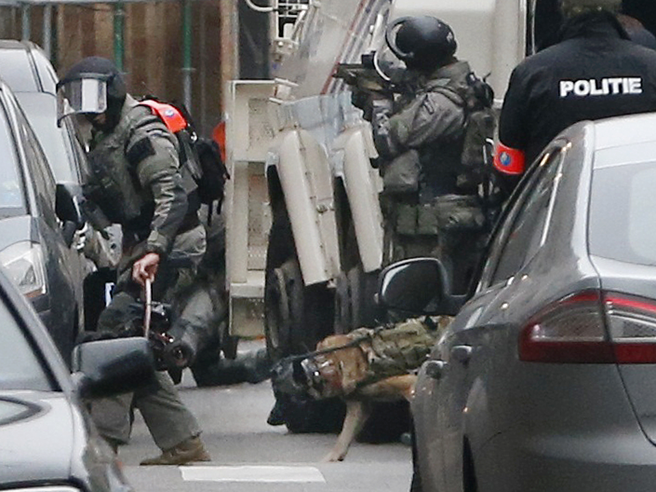 Police at the scene of a security operation in the Brussels suburb of Molenbeek in Brussels, Belgium, March 18, 2016.    REUTERS/Francois Lenoir  TPX IMAGES OF THE DAY - RTSB3XX