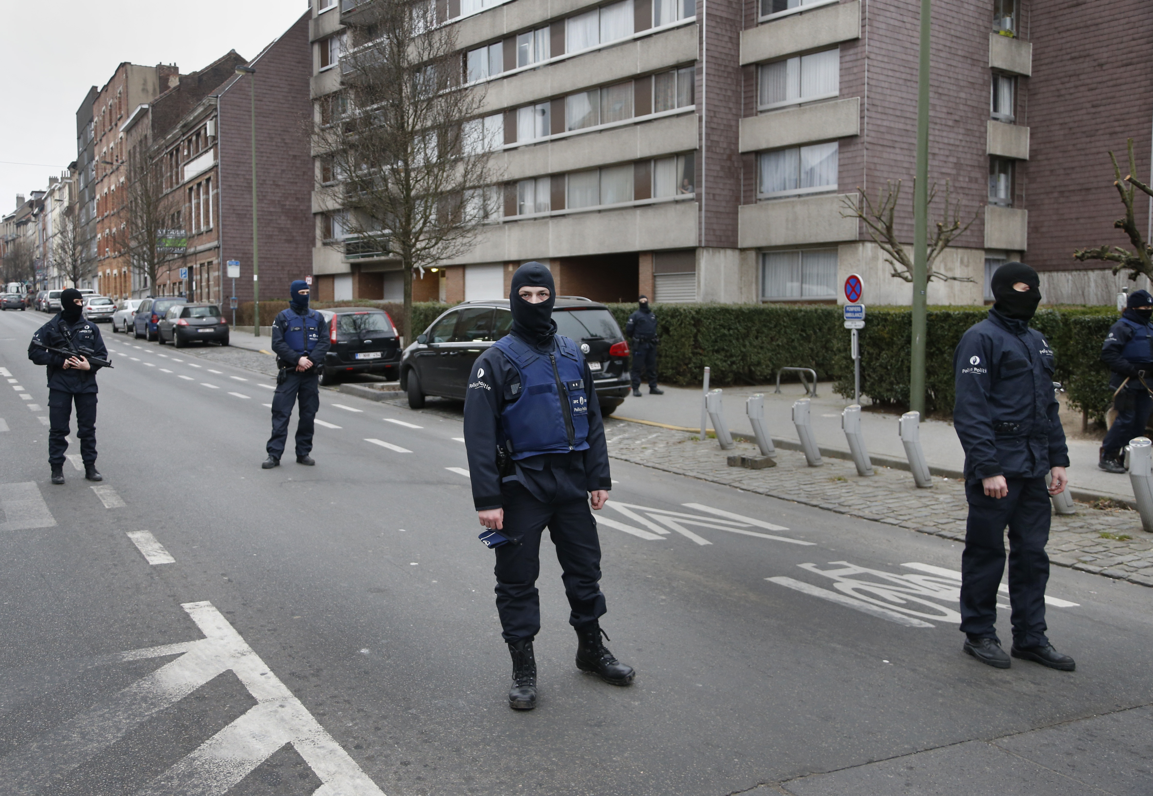 Police at the scene of a security operation in the Brussels suburb of Molenbeek in Brussels, Belgium, March 18, 2016.   REUTERS/Francois Lenoir - RTSB43K