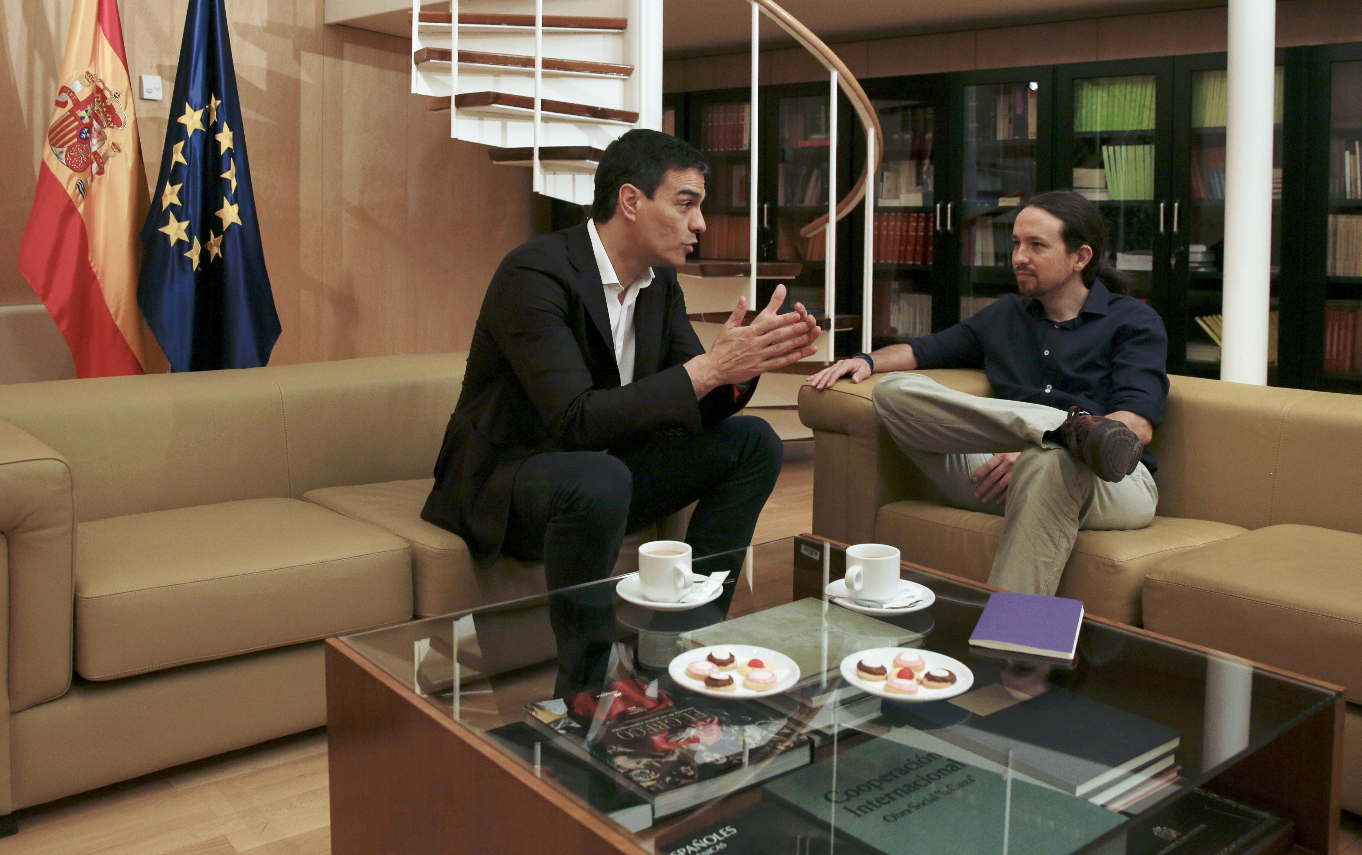 Reunión entre el líder del PSOE, Pedro Sánchez, y el de Podemos, Pablo Iglesias. FOTO: Reuters
