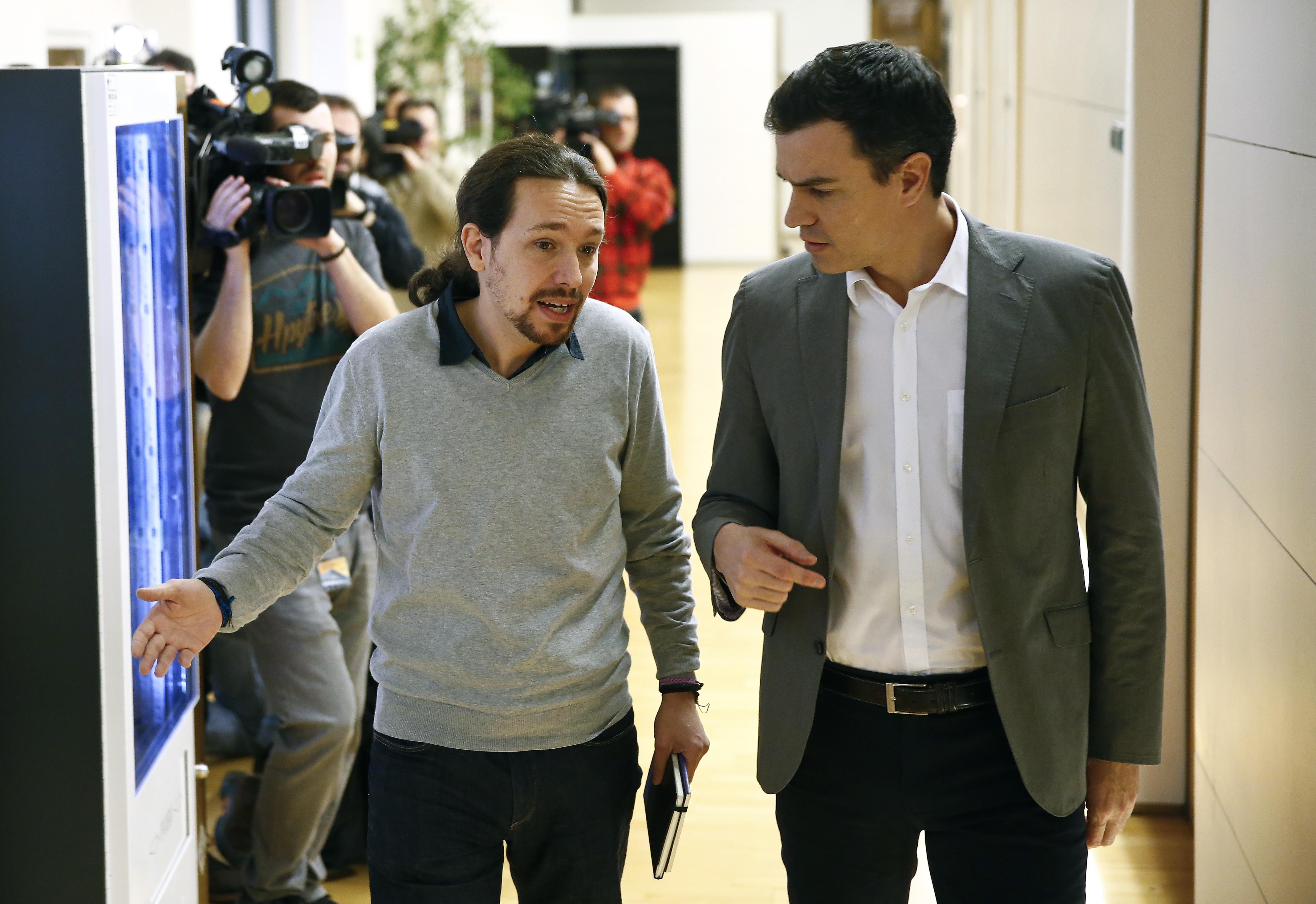 Pablo Iglesias y Pedro Sánchez. Reuters