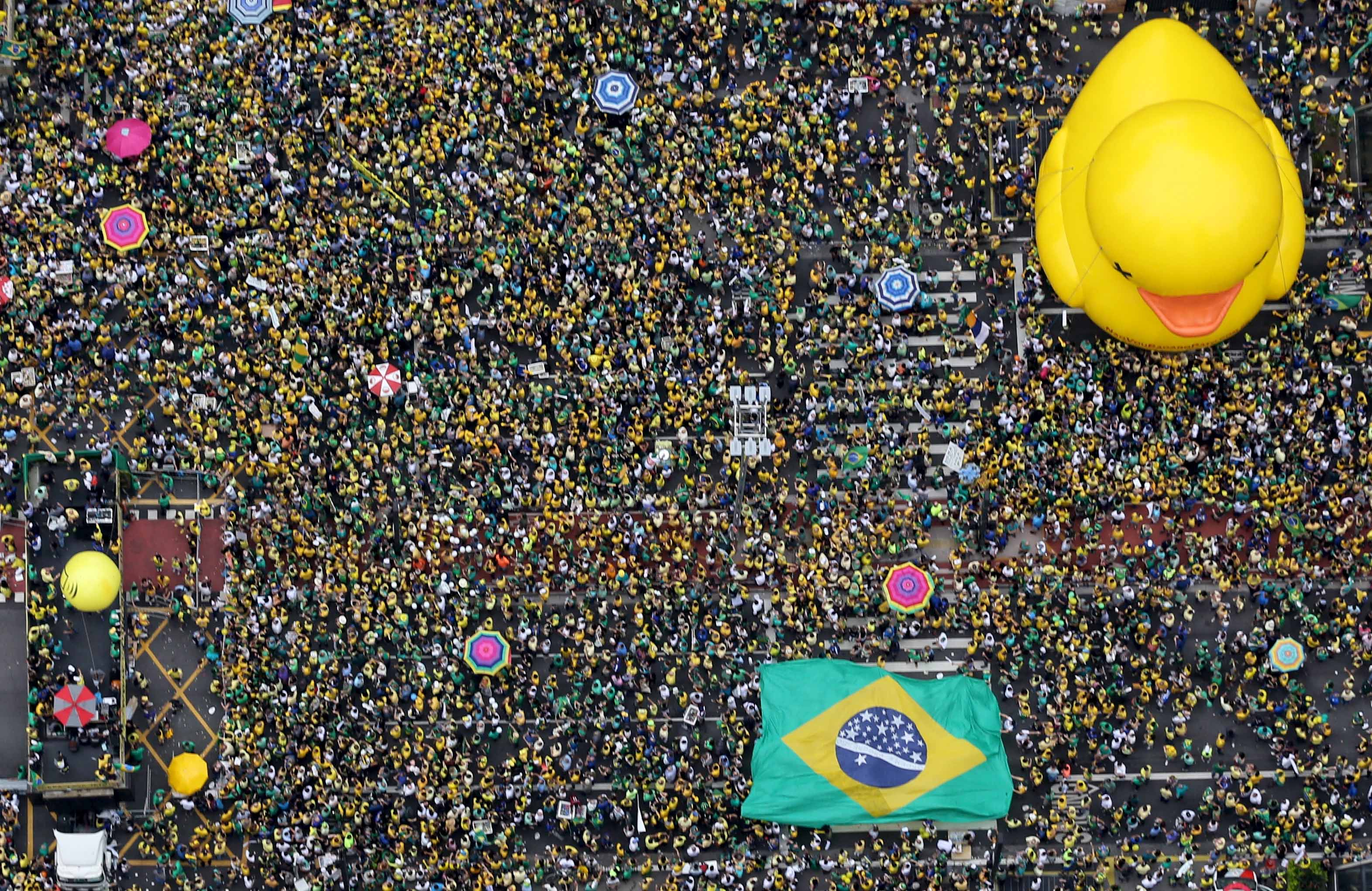 Demonstrators attend a protest against Brazil's President Dilma Rousseff, part of nationwide protests calling for her impeachment, in Sao Paulo, Brazil, March 13, 2016.    REUTERS/Paulo Whitaker      TPX IMAGES OF THE DAY      - RTX28ZGU