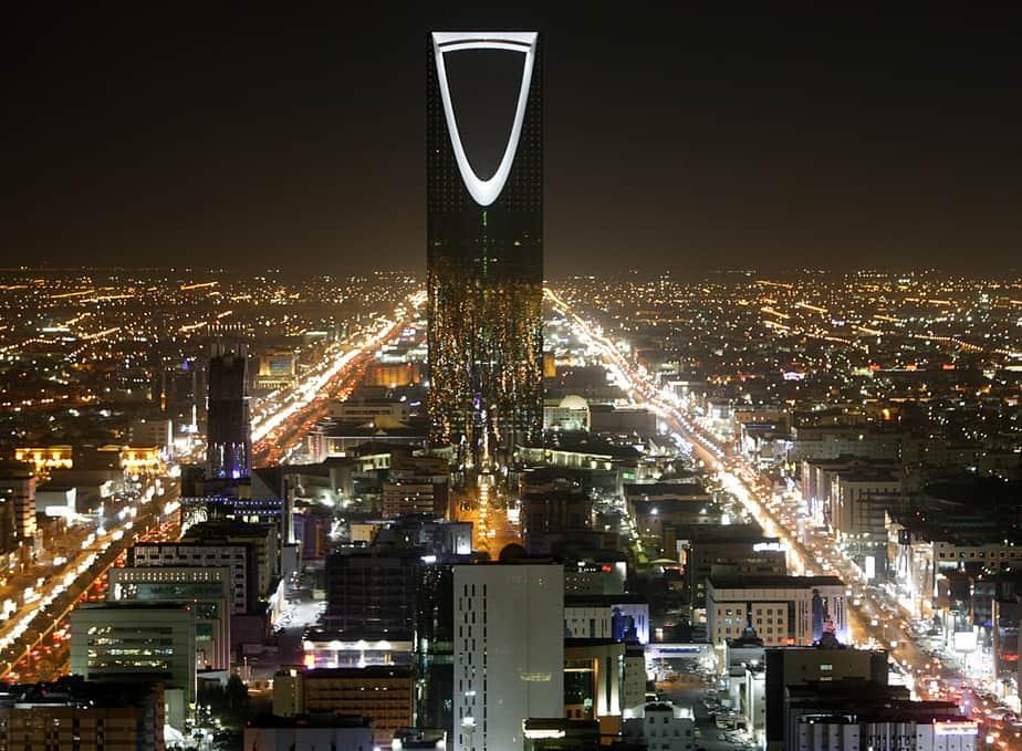 The Kingdom Tower stands in the night above the Saudi capital Riyadh November 16, 2007.  REUTERS/Ali Jarekji  (SAUDI ARABIA) - RTX1NKK