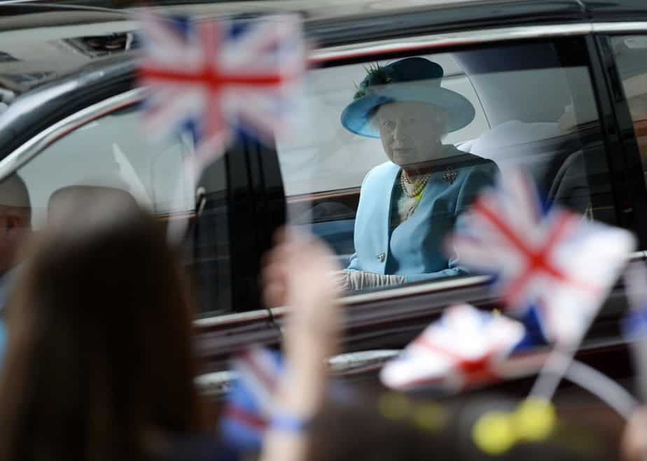 Britain's Queen Elizabeth leaves after visiting BBC Broadcasting House in London June 7, 2013. Britain's Prince Philip was taken to a London hospital on Thursday for a planned operation on his abdomen, Buckingham Palace said, in the latest round of medical treatment for Queen Elizabeth's 91-year-old husband.    REUTERS/Toby Melville (BRITAIN  - Tags: ROYALS ENTERTAINMENT MEDIA)   - RTX10EWO