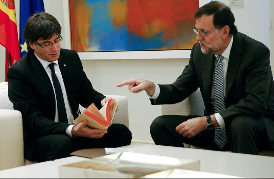 Reunión entre Carles Puigdemont y Mariano Rajoy en Moncloa. FOTO: Reuters