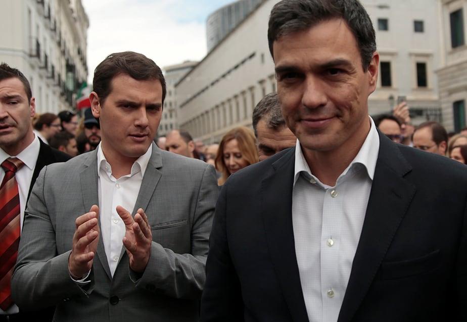 El líder del PSOE, Pedro Sánchez y Albert Rivera