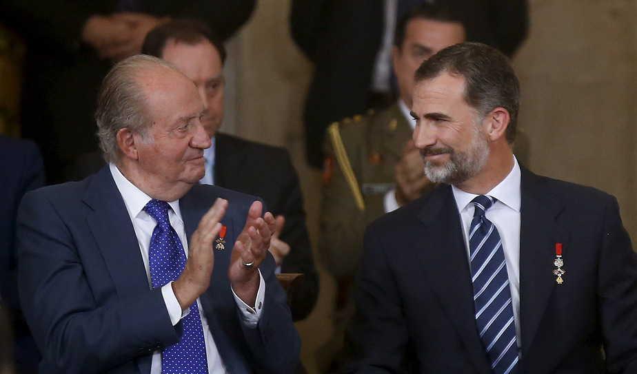 El rey Juan Carlos junto a su hijo Felipe VI.