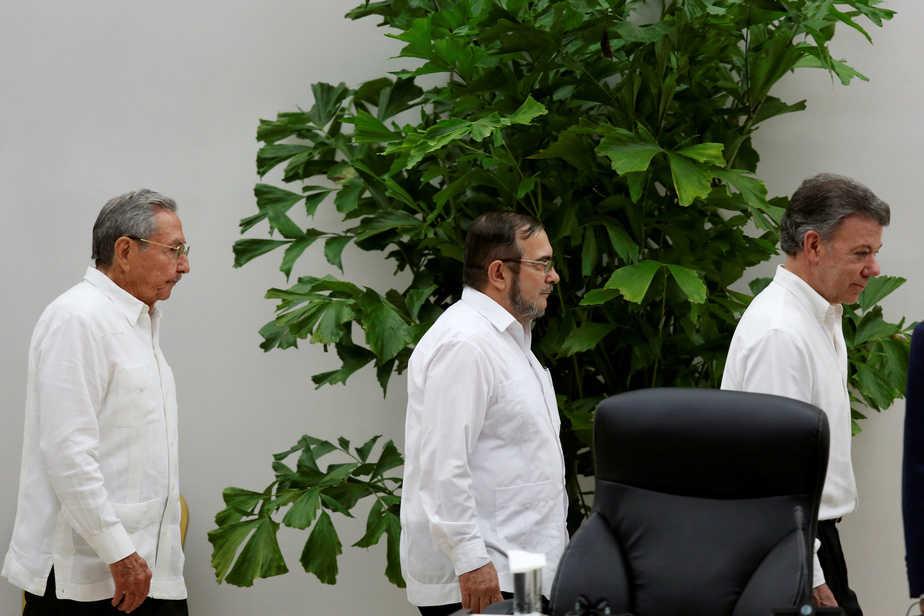 Cuba's President Raul Castro (L), Colombia's President Juan Manuel Santos (R) and FARC rebel leader Rodrigo Londono, better known by the nom de guerre Timochenko, arrive for the ceremony to sign a historic ceasefire deal in Havana, Cuba, June 23, 2016. REUTERS/Alexandre Meneghini  - RTX2HU6Z
