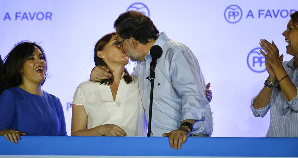Spain's acting prime minister and People's Party (PP) leader Mariano Rajoy kisses his wife Elvira Fernandez after addressing supporters at party headquarters following Spain's general election in Madrid, Spain, June 27, 2016.  REUTERS/Marcelo del Pozo  - RTX2ICS1
