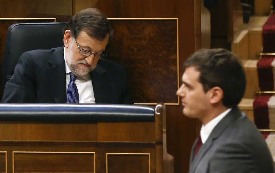 Ciudadanos party leader Albert Rivera (R) walks past Spain's acting Prime Minister Mariano Rajoy during a parliamentary session in Madrid, Spain, April 6, 2016. REUTERS/Andrea Comas - RTSDSSZ