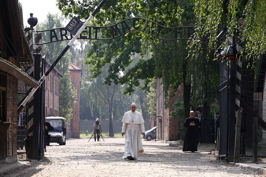 El papa Francisco visita Auschwitz sin discursos