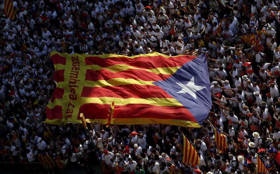 Una multitud porta una estelada en una marcha a favor de la independencia de Cataluña. FOTO: Reuters