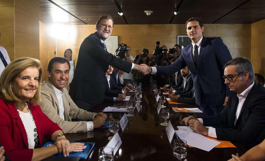firma del acuerdo entre PSOE y Ciudadanos, Mariano Rajoy y Albert Rivera. FOTO: Reuters
