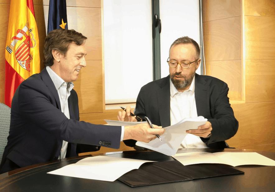 Rafael Hernando y Juan Carlos Girauta durante la firma. Foto: Congreso de los Diputados