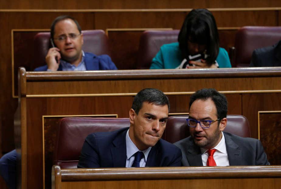 Pedro Sánchez y Antonio Hernando. Foto: Reuters