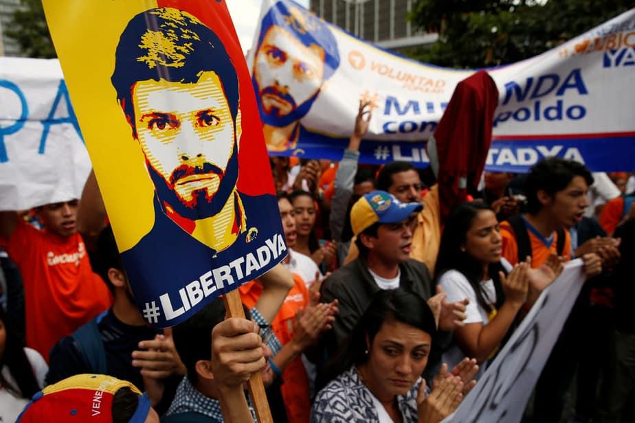 Manifestantes portan la imagen de Leopoldo López. Reuters