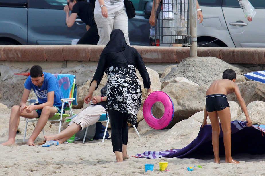 Una mujer musulmana vestida con un burkini.
