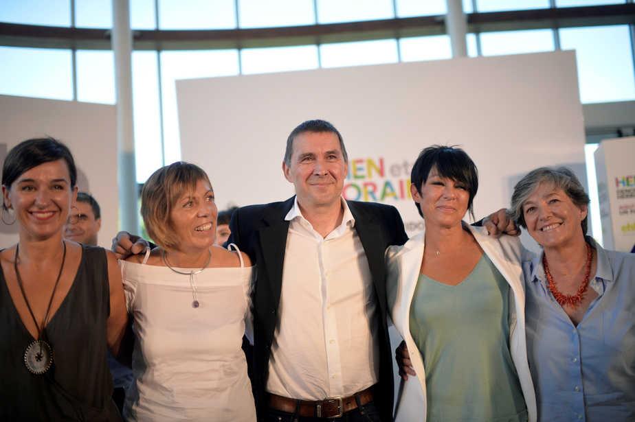 El candidato a lehendakari de EH Bildu, Arnaldo Otegi, junto a sus compañeras de lista. FOTO: Reuters